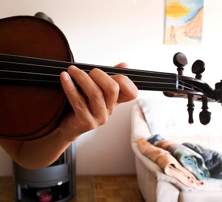 バイオリンをこんなかんじに持って、音は出さずに指の動きを確認