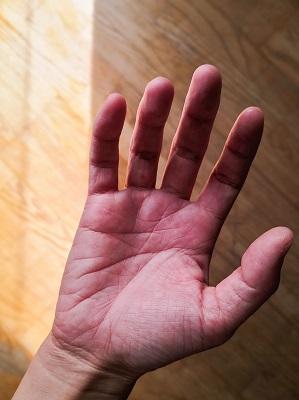 バイオリン:手のひらをリラックスさせて上に向けます