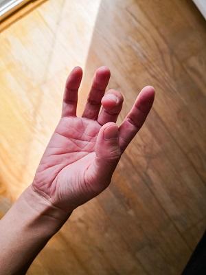 バイオリン:親指と中指を丸めるようにしながら近づけます。
