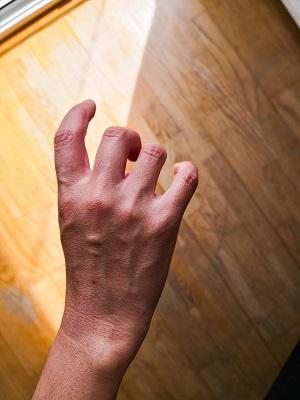 バイオリン:そのまま手をひっくり返して、他の3本の指も自然に下ろします。