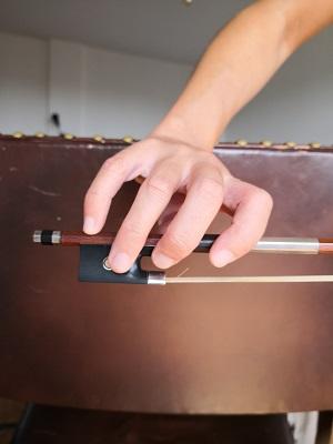 バイオリン:【小指】指先が弓の上に丸くカーブした形になるように置きます。
