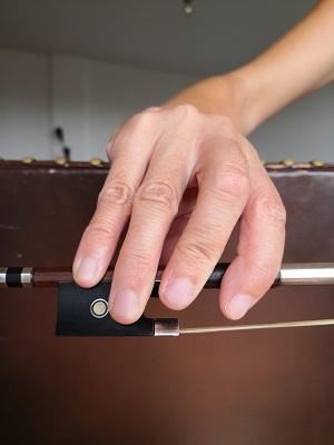 バイオリン:良くない例:例1-第一関節が伸びて指が緊張しています。