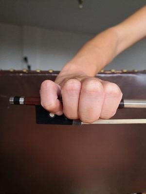バイオリン:良くない例:例2-指が寝て、手全体が縮こまっています。
