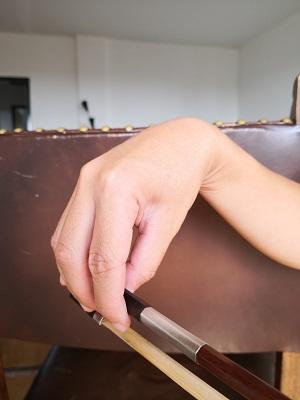 バイオリン:良くない例:例3―手首が上がりすぎです。