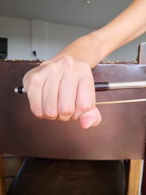 バイオリン:良くない例:例4―おまけ。握りしめた、アニメや素人が持つ写真でよく見る持ち方ですね。恥ずかしい…