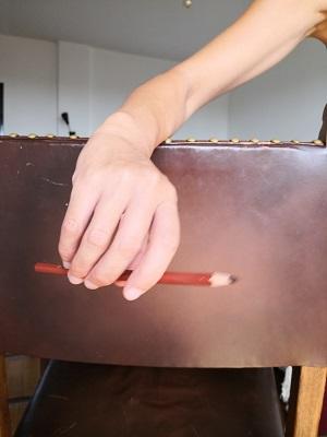 バイオリン:弓の返しの時の手首の動きは、刷毛を持って壁のペンキ塗りをするところをイメージ。