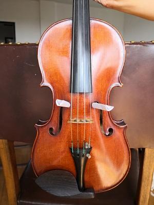 バイオリン:ボーイング矯正:紙を筒状に丸めたものをF字孔の一番先の丸い部分に差し込んだもので代用。